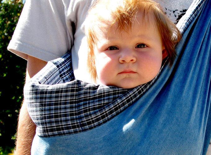 抱っこされた可愛い赤ちゃん